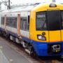 Neznámý sprejer poškodil nákladní vlaky v obci Středokluky